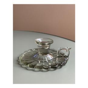 Smuk lysestage i presset glas // Ø: 16 x H: 6,5 cm