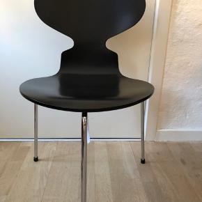Arne Jacobsen stol, Myren 3100 - tre benet, fuldlakeret sort med chrom ben.  Har en lille skramme på sædet (se billede) ellers står den som ny.  Ny pris 3975 kr.