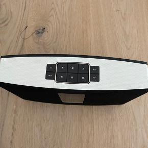 Super lækker højtaler fra Bose, som kan spille et størrelse værelse op. Jeg har været rigtig glad for den, men da min kæreste og jeg er flyttet sammen, skal tingene sorteres.  Den kan spille trådløs via wifi, eller med aux stik. Derudover findes en app kaldet soundtouch, hvor højtaleren også kan styres via. Man kan indstille radiokanaler osv.  Spiller både med og uden strømkabel, men skal lades op som alt andet. :) Den har en smule slid mærker, men intet voldsomt/og eller grimt.