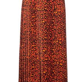 Regular-fit skirt in leopard print with plissé pleats  Købt for stor, så næsten aldrig brugt. Jeg er str 36. Nederdelen er en str 38 og meget svarende for en medium. En stor 38. Den er SÅ flot    100% Polyester, Lining: 100% Polyester, Waistband: 40% Viscose, 35% Elastane, 25% Polyester