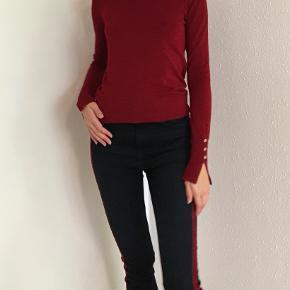 Flot elegant bluse med guldknapper str. S fra Zara sælges🌿 Kun brugt få gange🌼Almindelig i størrelsen🌸bytter ikke🌿   Se også mine andre annoncer😊  Tags: Bluse Sweater Zara Guld  Rød Str. S