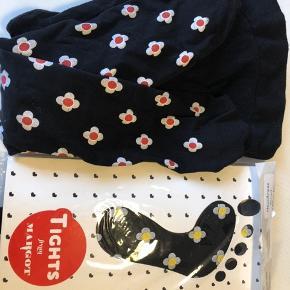 2 par strømpebukser sort med gul/hvid blomst og et par med rød/hvid blomst. Aldrig brugt, dem med rød er prøvet i det ene ben. Bytter ikke