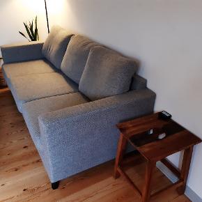 En god start sofa 😁 men er købt brugt, så kender ikke aldre. Den har en skade i ryggen, men den kan ikke ses når puderne er sat op. Små pletter på betræk, men de kan vaskes.