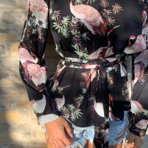 Bluse fra Vila, med bindebånd i taljen, aldrig brugt. Kan afhentes privat i indre by Hvis varen skal sendes, så skriv privat besked!