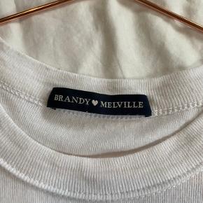 Sælger min fine brandy mellive t-shirt med den originale sommerfugl 🦋 -Str One size -Materiale 100 % Cotton  -Skriv for flere billeder <3  Husk at tjekke min profil ud for andre gode varer😉💘
