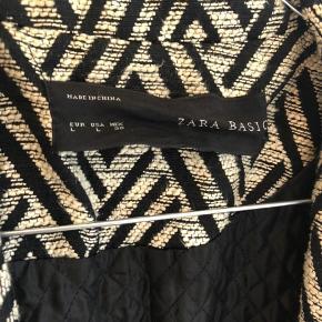 🎉BYD gerne - rabat ved køb af flere ting🎉  Fed jakke fra zara med sort/hvid mønster. Den har nogle år på bagen men er stadig rigtig fin.