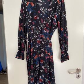 Smuk wrap kjole i tyndt, luftigt stof. Med elastik ved håndleddet. Brugt få gange, men er desværre blevet for lille.   Giver gode mængderabatter 🌸