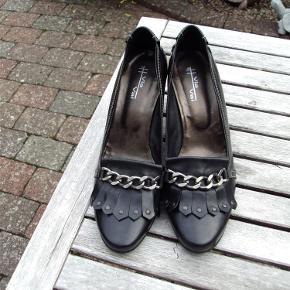 80af3e031b5 Varetype: Sko Farve: Sort Flotte, velholdte sko i skind. Brugt få gange