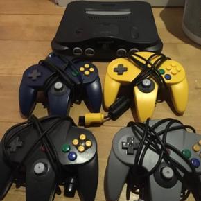 Nintendo 64. N64.  Nintendo 64 inkl. Ledninger  4 kontrollere (1 uoriginal) med medium slør 2 spil: Bomberman og Diddy Kong Racing (begge god stand)  Kan hentes i Taastrup eller mødes - eller (hvis nødvendigt) sendes med Coolrunner