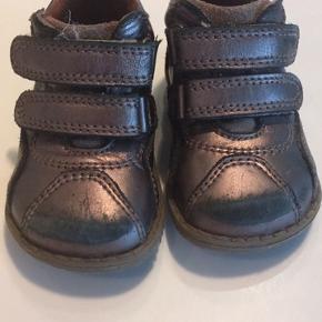 Rigtig gode prewalker sko, støtter godt omkring anklerne.  Brugt sparsomt - men naturligt slid på snuden ved at kravle. Brunmetallic Indvendig mål ca.  13,5 cm