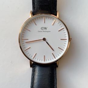 Fint ur fra DW. Det er lidt slidt, som man kan se på billederne, da det er brugt en del, men det fungerer fint. Æsken medfølger selvfølgelig også💐