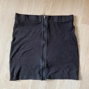 En fin nederdel fra sparkz i imiteret ruskind. Jeg bruger den aldrig og derfor sælges den billigt 😊☀️