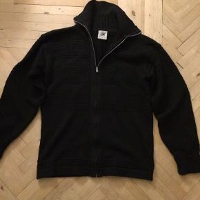 SNS Herning trøje med lynlås (høj hals). Den er navy str m. Har et lille hul på ærmet og et lille et på ryggen  Ellers helt perfekt til efterår og vinter .