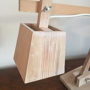 Wood skrivebordslampe fra muuto  Nypris 1300  Lampen er god men brugt hvilket prisen også afspejler - den har et par knubs på foden men overordnet er det stadig en rigtig fin lampe  Wood skrivebordslampe er designet af TAF Architects som kontrast til nutidens hightech-lamper. Igennem brug af fyr og synlige skruer og bolte formidles en følelse af enkelthed og ærlighed. Fås med hvid eller grøn tekstilledning.  Kan afhentes på vesterbro