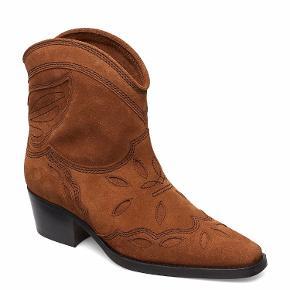 Ganni Texas low boots. Brugt en enkelt gang.  Normale i str. Æske og dustbag medfølger.