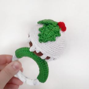 Christmas Pudding ball hæklet rangle. Ranglen er hæklet i 100% bomuld Indene i er det en raslebox og fyldevat.  Ranglen er hæklet om en silikone ring der er rigtig god til de kløende gummer..  Hentes i 8723 Løsning eller sendes  Se evt mere på @crochetandi_