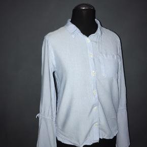 En super fin bluse, kun brugt 2 gange, Så den er i rigtig fin stand. Dog er den lidt lille i størrelsen