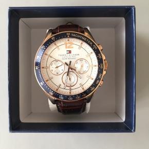 Klassisk, cool og virkelig flot armbåndsur fra Tommy Hilfiger.   Uret er ubrugt og fremstår som ny.   Æske og stemplet forhandlerbevis medfølger.   Normalpris: 2.300 kr Nu SUPER SKARP pris: 950 kr