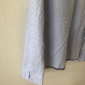 Bluse med lidt brede ærmer med en slids og bådudskæring. Stor i størrelsen