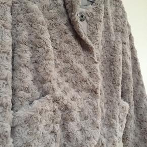Fin og meget blød fake fur jakke fra Vero Moda. Farven er bedst gengivet på de første to billeder. Den er desværre for lille og sælges derfor videre. Købt på TS.