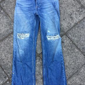 Jeans m huller str. 25. Won Hundred. Måler ca 68 cm i livet.