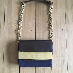 Super fin taske fra H&M kun brugt 2 gange og bære derfor ingen præg af slid! 🍁