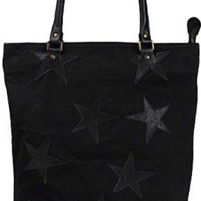 Rika Canvas Star bag. Tasken er godt brugt, men billederne er umiddelbart lysere end det faktiske udseende.   Taske måler 45 cm x 50 cm