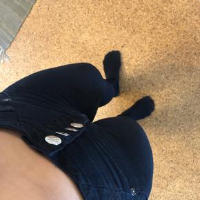 Verox bukser der løfter og former numsen i sort med sølv knapper. De er højtaljet. Str 12 (m)