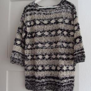 Ny bluse, aldrig brugt, men størrelsesmærket klippet ud, se mål: Har 3/4 lange ærmer   Brystvidde ca. 50 cm x 2 Længde ca. 70 cm Gratis fragt i uge 42