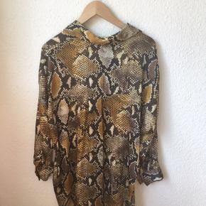 Skjorte fra Zara med slange brint.  Har aldrig haft den på.  Den er stor i størrelsen.