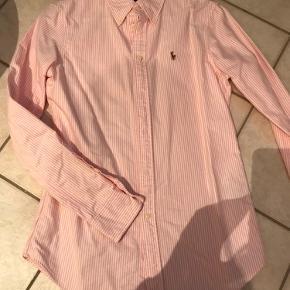 Rigtig fin skjorte med lyserøde og hvide striber. Fremstår som næsten ny, og uden nogen form for pletter noget.  Str.S, modellen custom fit.