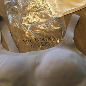 Varetype: Sports BH Størrelse: Medium Farve: Lilla Oprindelig købspris: 238 kr.  Victoria's Secret sports bra in a size medium. It's brand new. It's a light purple/grey color.