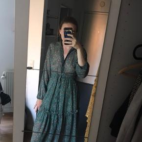 Brugt én gang. Kjolen er en størrelse S/M og kan som vist på billedet både bruges med snørre og uden.