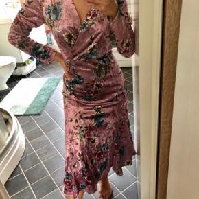 Flot blomstret velour kjole fra mærket Hunkøn. Kjolen er aldrig kommet i produktion.   Prisen er fast. Kan afhentes i indre by eller sendes mod betaling