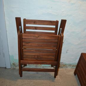 ÄPPLARÖ Hvilestol, ude, brun kan klappes sammen brun bejdse brun  Meget pæn stand. Har stået på en lukket altan.  https://www.ikea.com/dk/da/p/aepplaroe-hvilestol-ude-brun-kan-klappes-sammen-brun-bejdse-brun-70208539/  Se min anden annonce hvor jeg sælger stolen sammen med en Äpplaröbænk til opbevaring