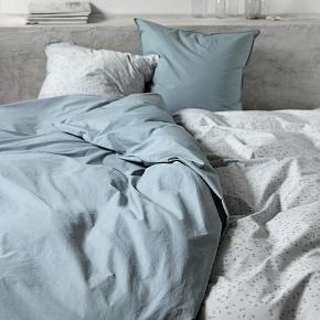 Smukt sengetøj i økologisk bomuld. To sæt med dyner i længde 200 cm.