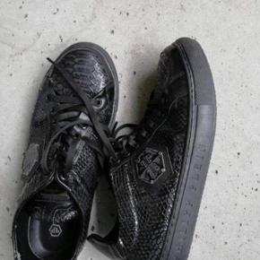 Sælger disse philipp plein model leather rare i sort God stand  Cond omkring 8   Er åben for bud Placeret i Herlev
