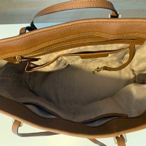 Michael Kors taske købt i Salling Aalborg, brugt men i rigtig fin stand.