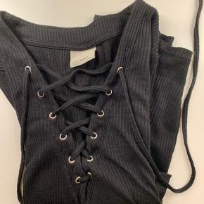 Trøje fra Vero Moda i str. m. Passes af en s/m  Justerbar snørre ved brystet  Byd    Se evt. mine andre annoncer 🌷