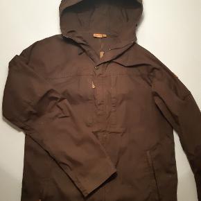 Lækker jakke, som desværre er lidt for lille. Derfor kun brugt få gange. Sendes som brev med mindre andet aftales