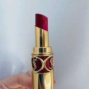 Rouge Volupté Shine Oil-In-Stick Lipstick fra Yves Saint Laurent er en plejende læbestift, der indeholder 60% koncentrater af sesoriske olier, der til sammen skaber en unik signatur af glans, enkelhed og skinnende farve til læberne. Læbestiften er langtidsholdbar.   Brugt få gange, men har et par små hakker.   Er du interesseret i alle mine læbeprodukter, kan de købes samlet til en god pris. Send mig en besked.