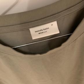 Oversize t shirt, den er meget lang så perfekt til cykelshorts.