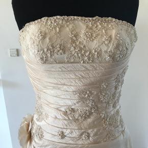 Smuk brudekjole med slæb sælges. Skal renses, men har ingen svære pletter.