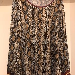 Snake printet bluse med bordeaux farvet bånd  Str M ( 46-48 )