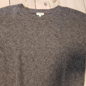 34 % mohair, 34 % uld, polyester, elastane. Skal håndvaskes. Str 2, masser en M.