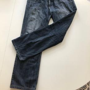 Armani jeans i mørkeblå, de er næsten ikke brugt og ingen tegn på slid, dog er der en lille plet på buksebenet, som man kun kan se helt tæt på og som nok også kan fjernes i vask.   Størrelse 34   Kig min profil for mere tøj
