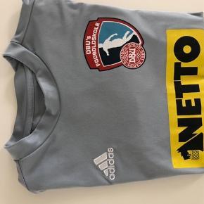 Adidas fodboldtrøje fodboldskole grå   Som ny  Se mine øvrige annoncer :-)