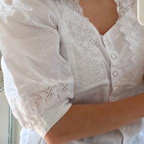 Vintageskjorte fra Østrig. Der er desværre nogle meget små tegn på brug - ikke noget der er meget tydeligt