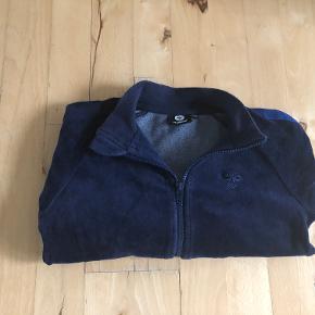Trøje M/LYNLÅS, HUMMEL - str. 122   LÆKKER mørkeblå Velour trøje med gennemgående lynlås  Brugt 1 gang - fremstår som NY uden brugsspor  Fra røgfrit hjem, ingen dyr skyllemiddel og tumbler  Ved TS-handel betaler køber ts-gebyret