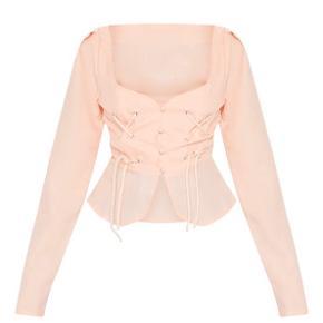 Sød bluse fra Prettylittlething i dusty pink. Kun haft på 1 enkelt gang i 3 timer,  så god som ny. Vil også mene at den fitter en str.S. Sidder bedst på en der bruger B/C skål. Jeg er selv en str.75A, så den sidder en lille smule løs om mine bryster.